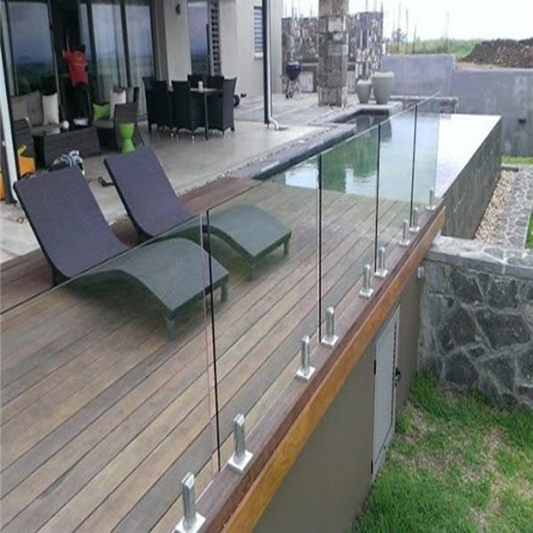 استفاده از نرده شیشه ای بالکن برای داشتن ساختمانی مدرن