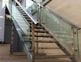 ارتفاع نرده شیشه ای پله باید چه اندازه باشد؟